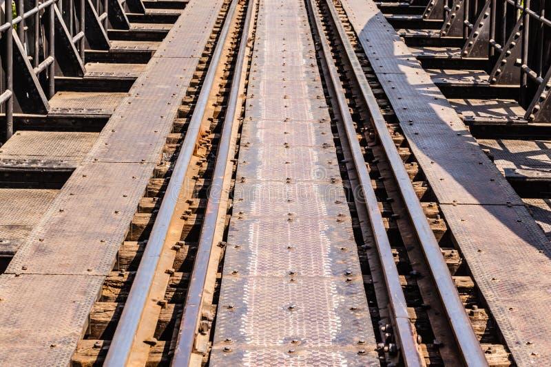Download στενές διαδρομές σιδηροδρόμου γραμμών ημέρας δύο επάνω Στοκ Εικόνες - εικόνα από υπαίθρια, ταϊλανδικά: 62712752