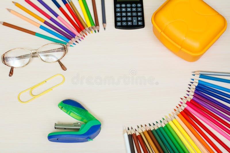 στενές σχολικές προμήθειες μοιρογνωμόνιων πυξίδων επάνω Μολύβια χρώματος, κίτρινο κιβώτιο σάντουιτς, υπολογιστής, στοκ φωτογραφία με δικαίωμα ελεύθερης χρήσης