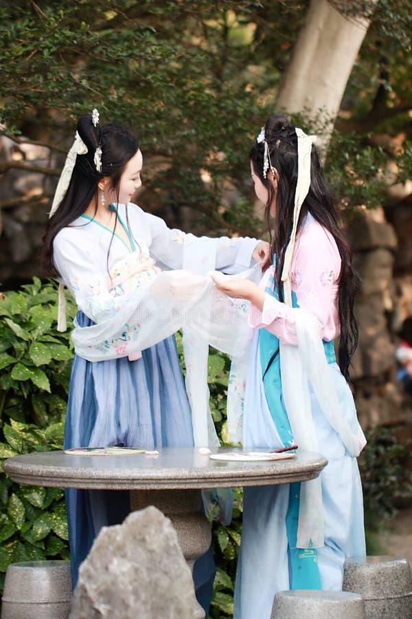Στενές φίλες bestie στο κινεζικό παραδοσιακό αρχαίο γέλιο συζήτησης συνομιλίας κοστουμιών στοκ φωτογραφίες