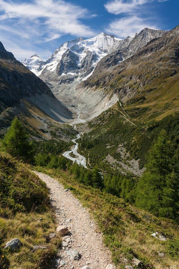Στενής διόδου ανωτέρω κοιλάδα στις ελβετικές Άλπεις στοκ εικόνες