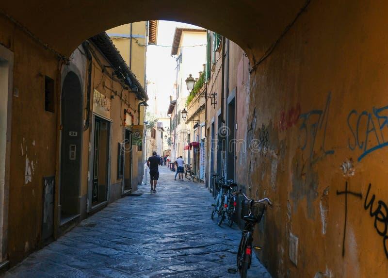 Στενή άνετη οδός στην Πίζα, Τοσκάνη, Ιταλία στοκ φωτογραφία