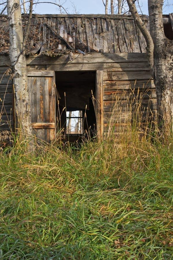 Στενή άποψη του εγκαταλειμμένου σπιτιού κούτσουρων στοκ εικόνες με δικαίωμα ελεύθερης χρήσης