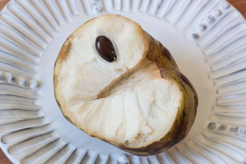 Στενή άποψη του μισού από ένα cherimoya cherimola Annona φρούτων που αποκαλύπτει την εντύπωση του κεντρικού μίσχου και του χαρακτ στοκ φωτογραφία με δικαίωμα ελεύθερης χρήσης