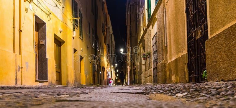 Στενή αλέα σε Alghero τή νύχτα στοκ φωτογραφίες