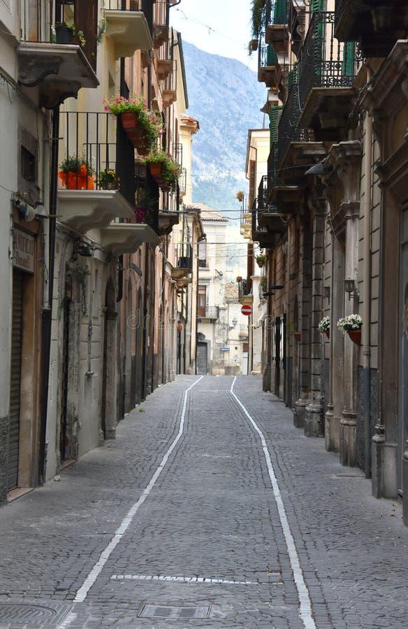 Στενή αλέα σε Sulmona, Abruzzo στοκ εικόνα