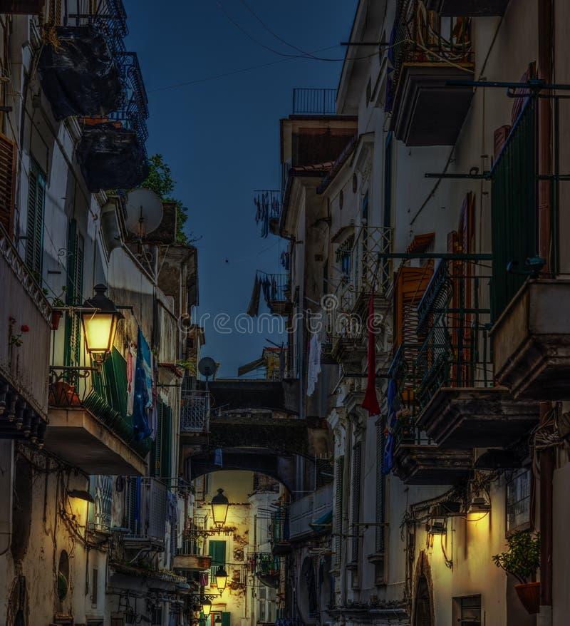 Στενή αλέα στην παγκοσμίως διάσημη παλαιά πόλη Αμάλφη τη νύχτα στοκ φωτογραφίες