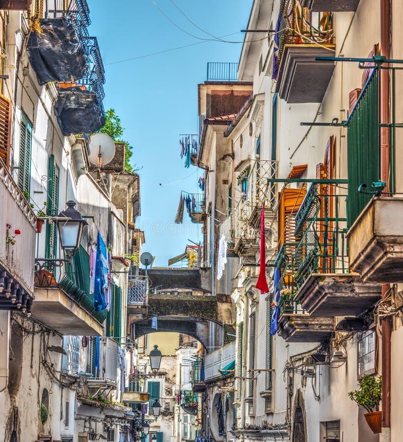 Στενή αλέα στην παγκοσμίως διάσημη παλαιά πόλη Αμάλφη στοκ εικόνες