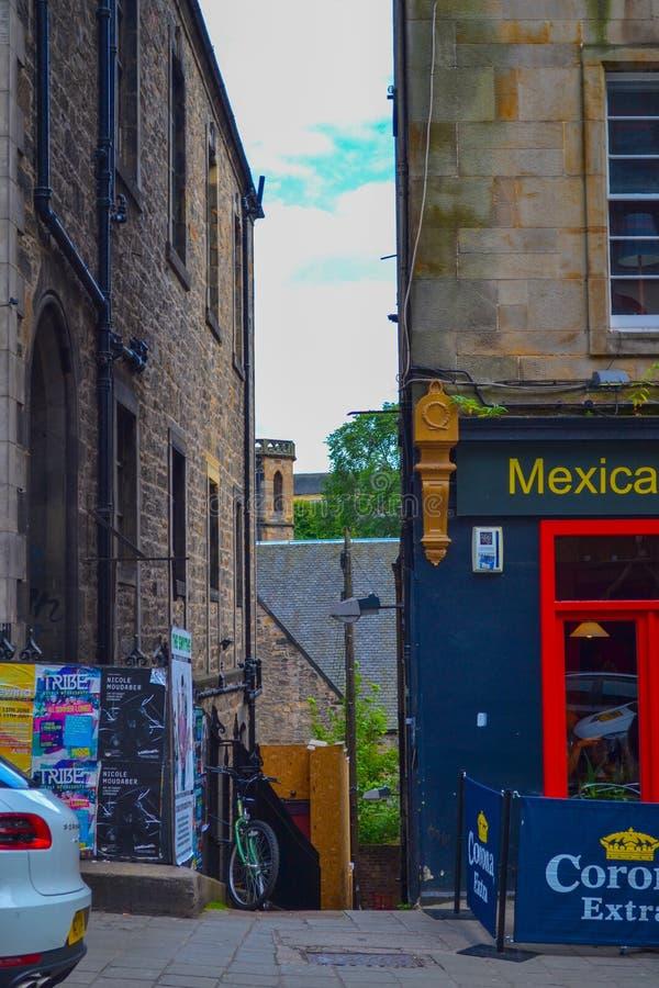 Στενή αλέα στην παλαιά πόλη στο Εδιμβούργο, Σκωτία στοκ εικόνες