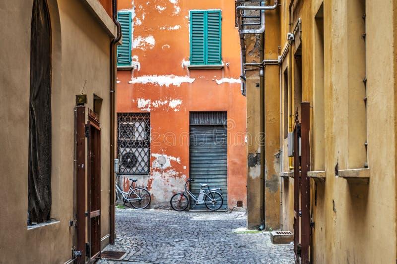 Στενή αλέα στη Μπολόνια στοκ φωτογραφία με δικαίωμα ελεύθερης χρήσης