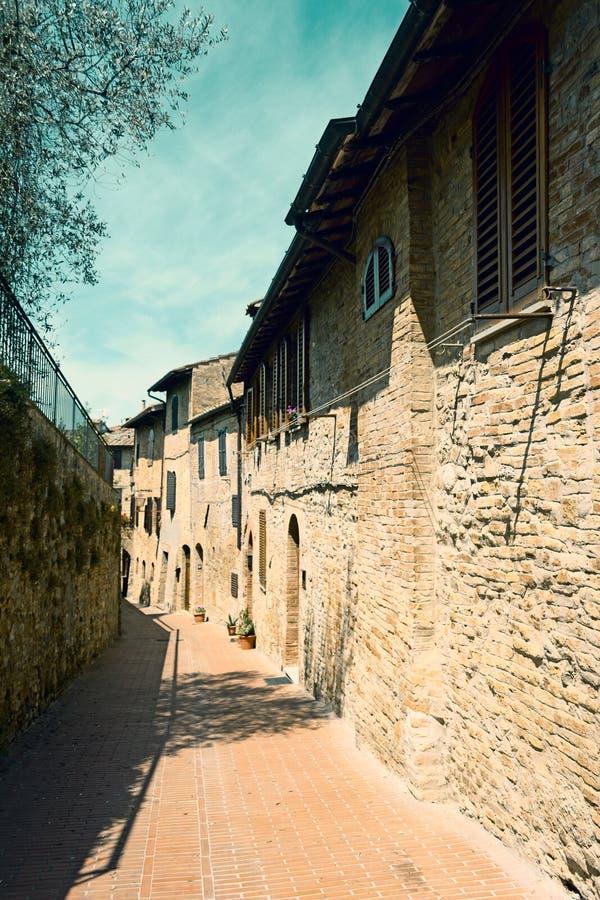 Στενή αλέα στο παγκοσμίως διάσημο SAN Gimignano στοκ φωτογραφία με δικαίωμα ελεύθερης χρήσης