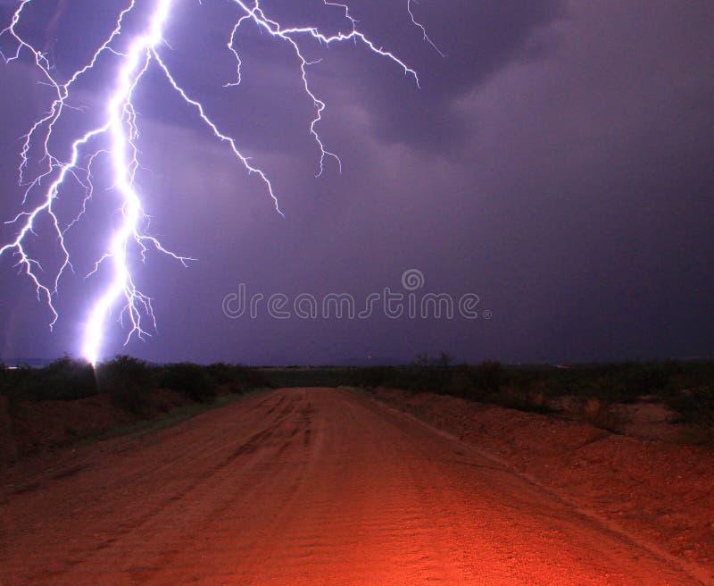Στενή απεργία αστραπής στην έρημο σε έναν βρώμικο δρόμο στοκ εικόνα