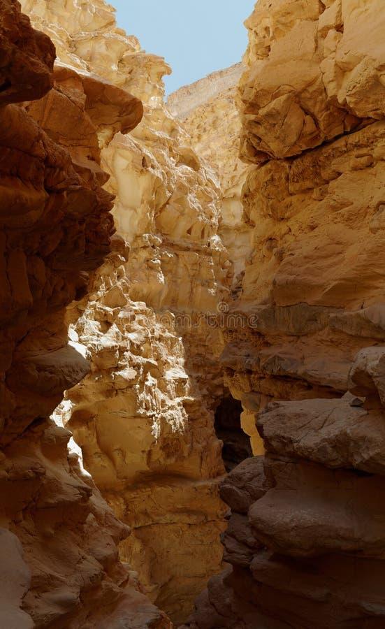 Στενή αυλάκωση μεταξύ δύο βράχων στο φαράγγι Barak, Ισραήλ στοκ φωτογραφίες