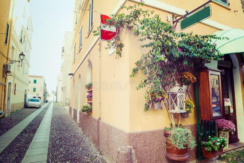 Στενή αλέα στην παλαιά πόλη Alghero στοκ φωτογραφίες με δικαίωμα ελεύθερης χρήσης