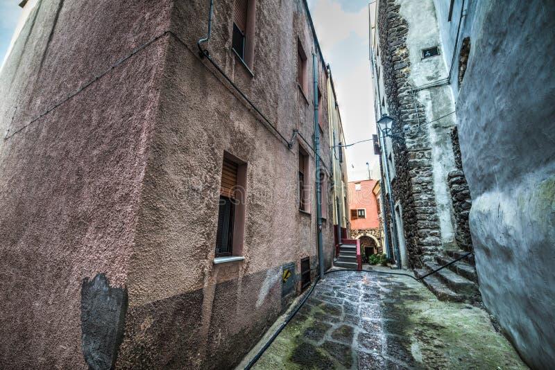 Στενή αλέα στην παλαιά πόλη Castelsardo στοκ εικόνες
