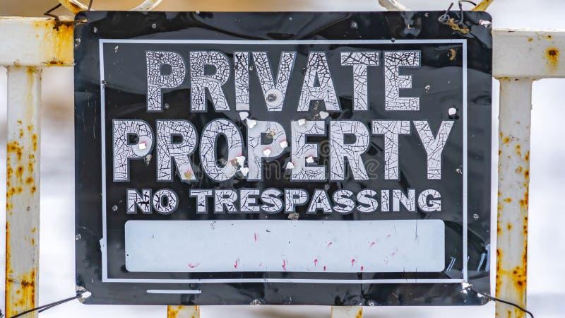 Στενή επάνω άποψη πανοράματος ενός ξεπερασμένου σημαδιού που δεν διαβάζει στη ιδιωτική ιδιοκτησία καμία καταπάτηση στοκ φωτογραφία με δικαίωμα ελεύθερης χρήσης