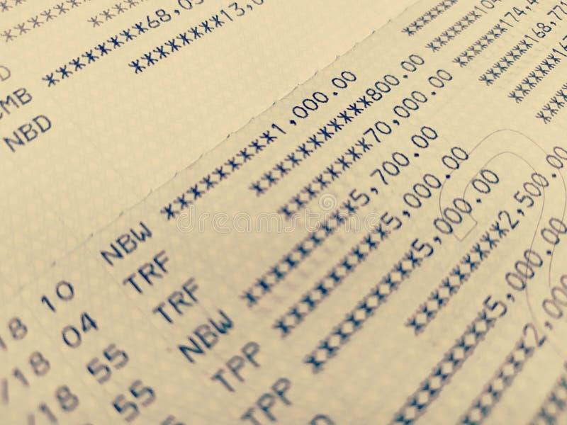 Στενή επάνω εκλεκτική εστίαση βιβλίων τραπεζικού λογαριασμού στοκ φωτογραφίες