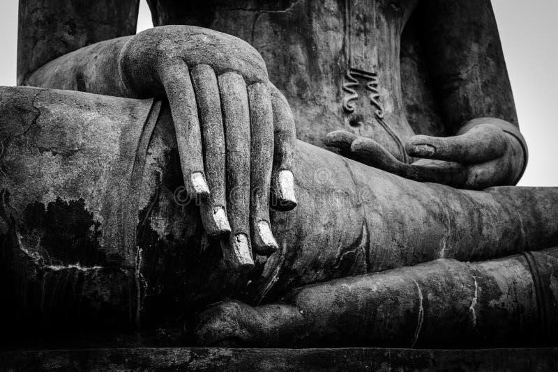 Στενή επάνω λεπτομέρεια χεριών αγαλμάτων του Βούδα στοκ φωτογραφία