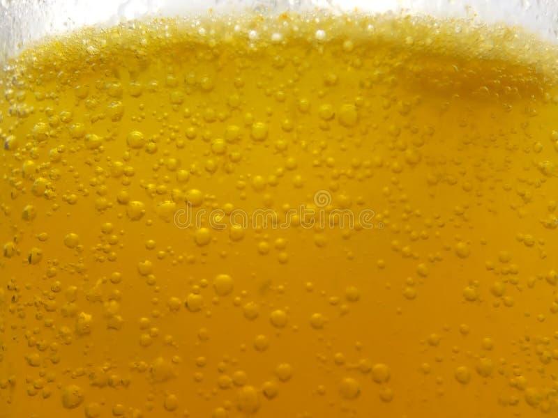 Στενή επάνω, φρέσκια κίτρινη φυσαλίδα υποβάθρου από την πεταγμένη βιταμίνη C στο νερό στο γυαλί στοκ φωτογραφίες με δικαίωμα ελεύθερης χρήσης