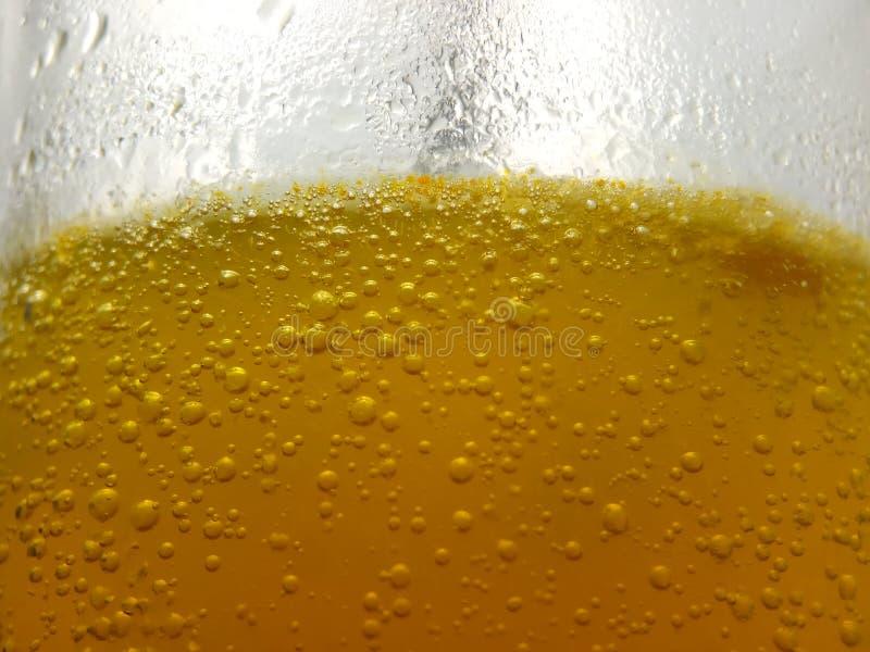 Στενή επάνω, φρέσκια κίτρινη φυσαλίδα υποβάθρου από την πεταγμένη βιταμίνη C στο νερό στο γυαλί στοκ φωτογραφία με δικαίωμα ελεύθερης χρήσης