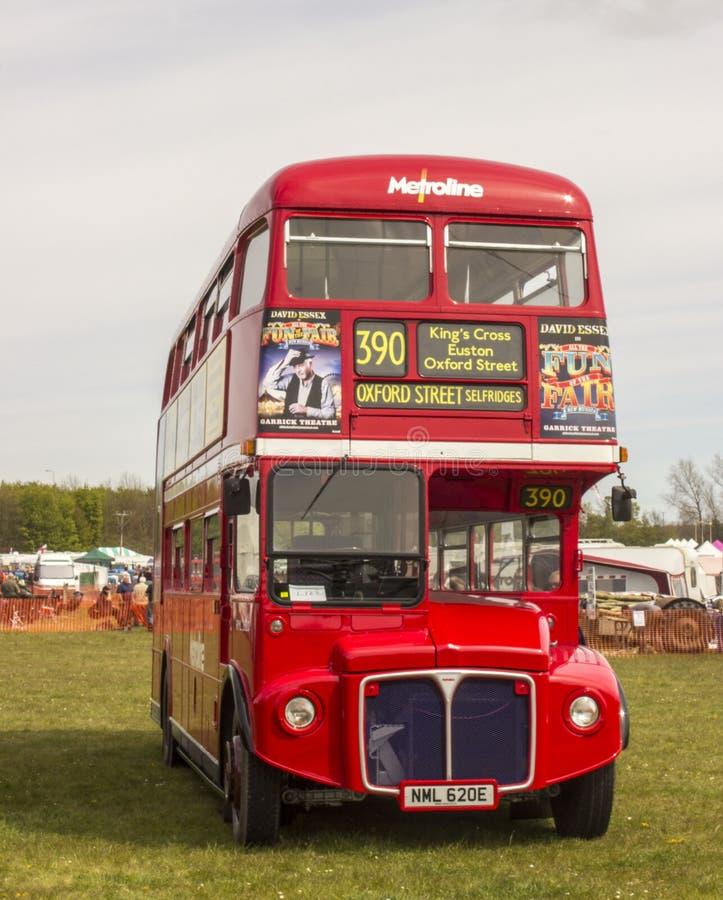 Στενή ευθεία άποψη ενός παλαιού αναδρομικού κόκκινου λεωφορείου καταστρωμάτων του Λονδίνου διπλού στοκ φωτογραφία