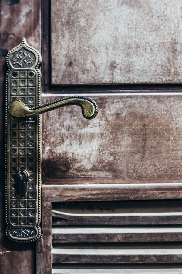 στενή λαβή πορτών που αυξάνεται στοκ φωτογραφίες