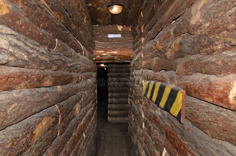 Στενή μετάβαση σε ένα κτήριο κούτσουρων στοκ φωτογραφίες