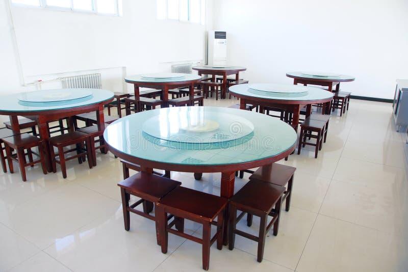 στενή να δειπνήσει μαχαιροπήρουνων διάσκεψη στρογγυλής τραπέζης δωματίων γυαλιών επάνω στοκ εικόνα με δικαίωμα ελεύθερης χρήσης