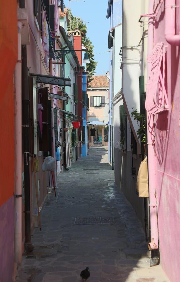 Στενή οδός αποκαλούμενη CALLE στα ιταλικά γλώσσα στο νησί Burano στοκ φωτογραφία με δικαίωμα ελεύθερης χρήσης