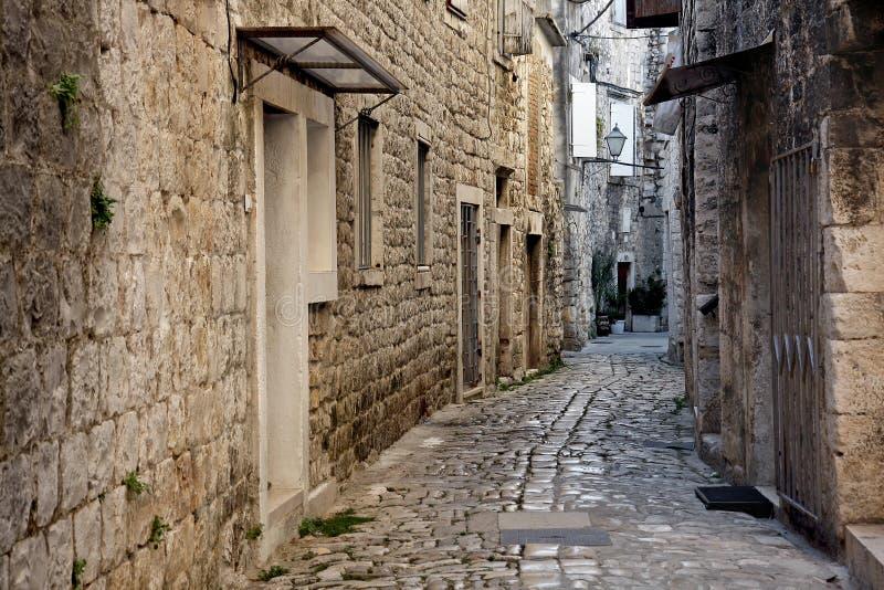 στενή οδός πετρών της Κροατίας trogir στοκ εικόνες
