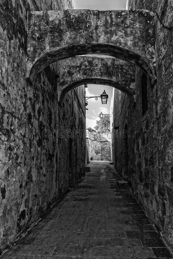 Στενή οδός σε Gozo στοκ εικόνες