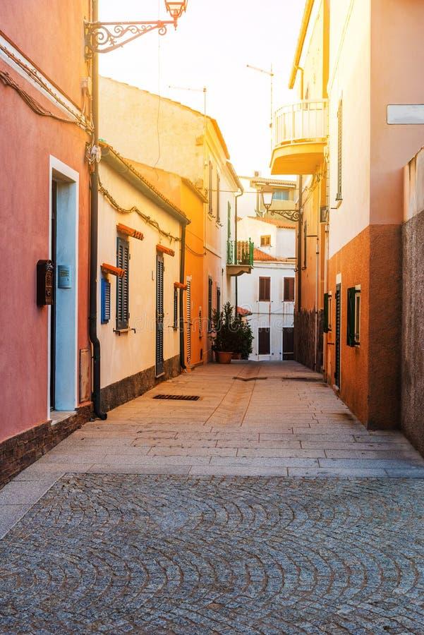 Στενή οδός στην παλαιά πόλη Λα Maddalena στοκ εικόνες