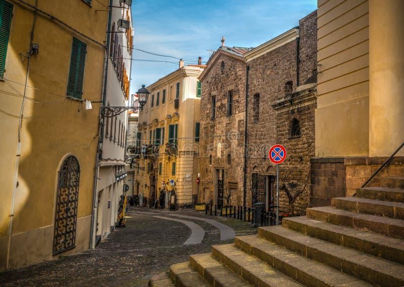 Στενή οδός στην παλαιά πόλη Alghero στοκ φωτογραφία με δικαίωμα ελεύθερης χρήσης