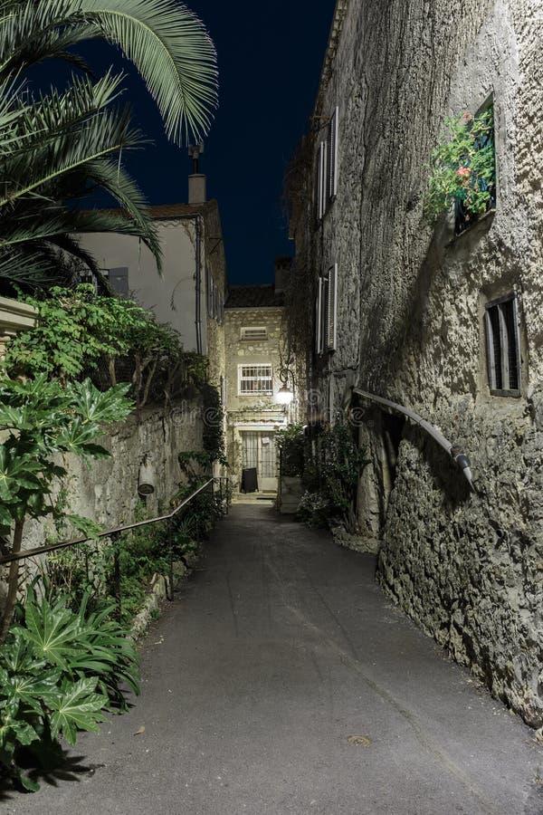 Στενή οδός στην παλαιά πόλη Mougins στη Γαλλία δεμένη όψη σκαφών λιμένων νύχτας στοκ εικόνα