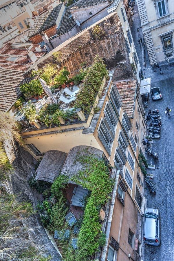 Στενή οδός στη Ρώμη που βλέπει άνωθεν στοκ φωτογραφίες