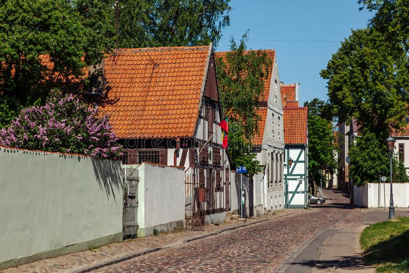 Στενή οδός της παλαιάς περιοχής κωμοπόλεων της πόλης Klaipeda, Λιθουανία στοκ εικόνες