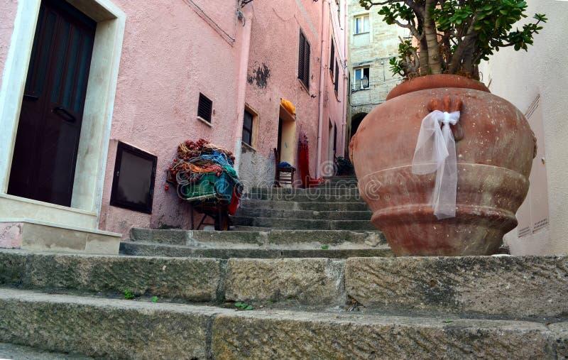 Στενή οδός με τα staris στο φρούριο Castelsardo, Σαρδηνία στοκ εικόνες