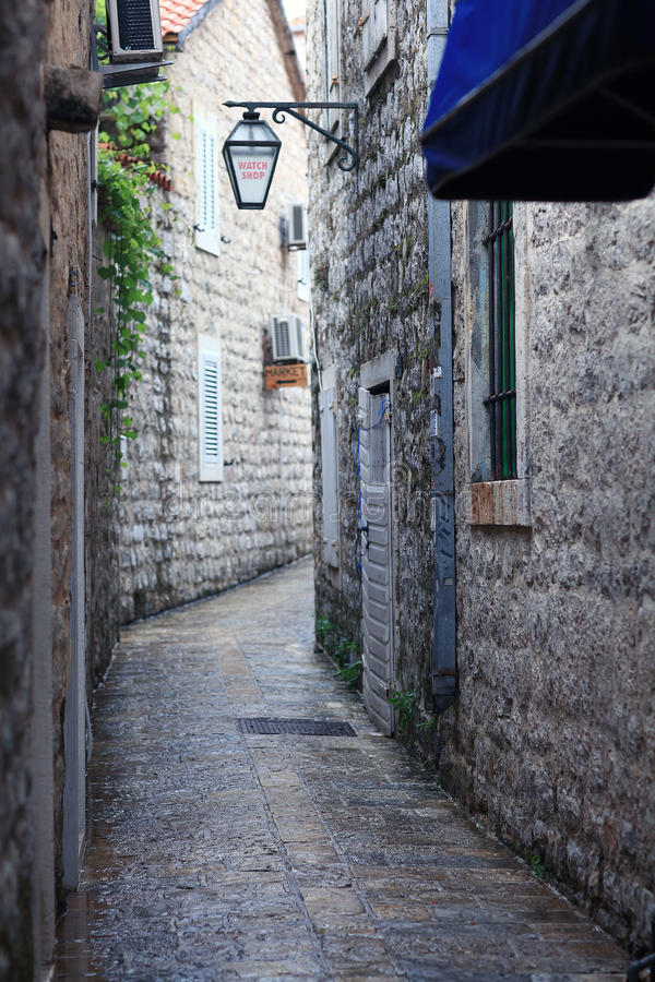 Στενή οδός πετρών στην παλαιά πόλη στοκ εικόνα
