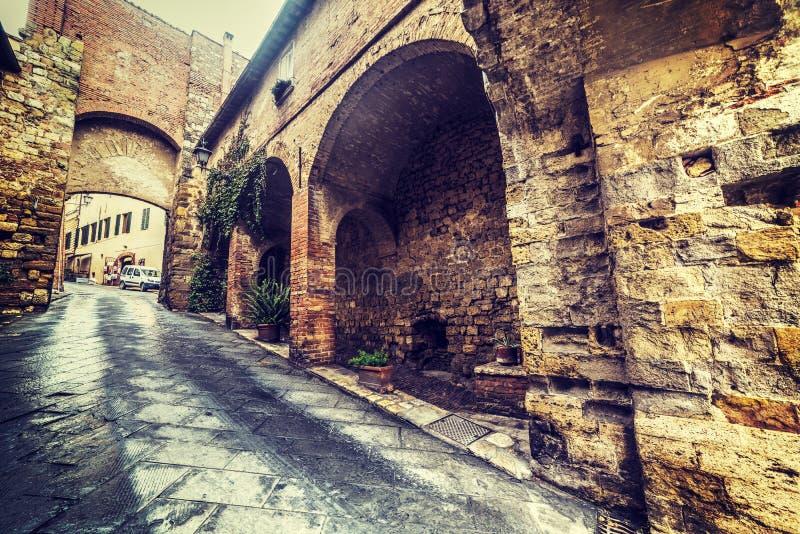Στενή οδός σε Montalcino στοκ φωτογραφίες