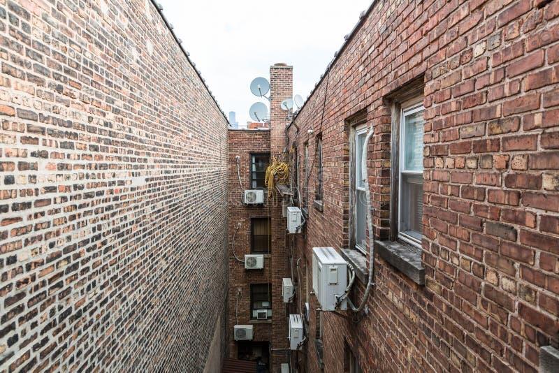 Στενή πάροδος μεταξύ των σπιτιών τούβλου στοκ εικόνες