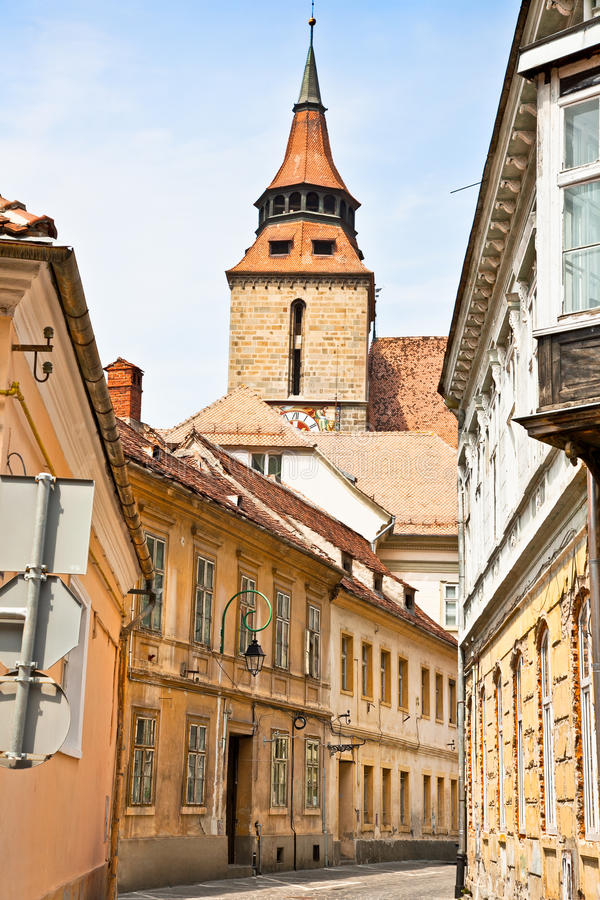 Στενή στο κέντρο της πόλης οδός σε Brasov, Ρουμανία. στοκ φωτογραφίες