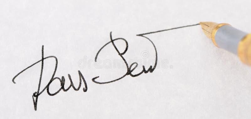 στενή υπογραφή πεννών πηγών επάνω στοκ εικόνες