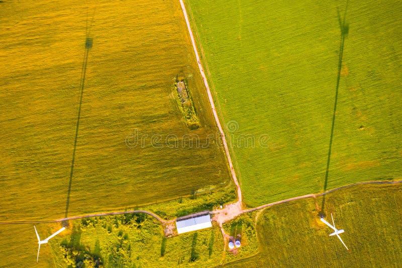 Στενή χωριστή πράσινη γεωργική γη πορειών, εναέριο τοπίο Έννοια αιολικής ενέργειας στοκ εικόνες
