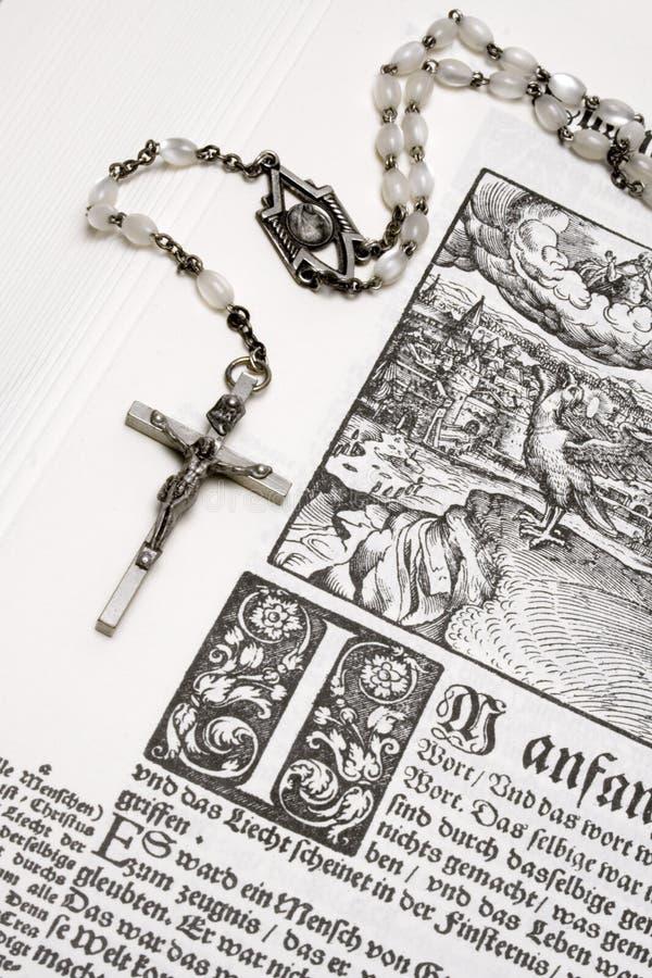 στενή rosary Βίβλων όψη στοκ φωτογραφία