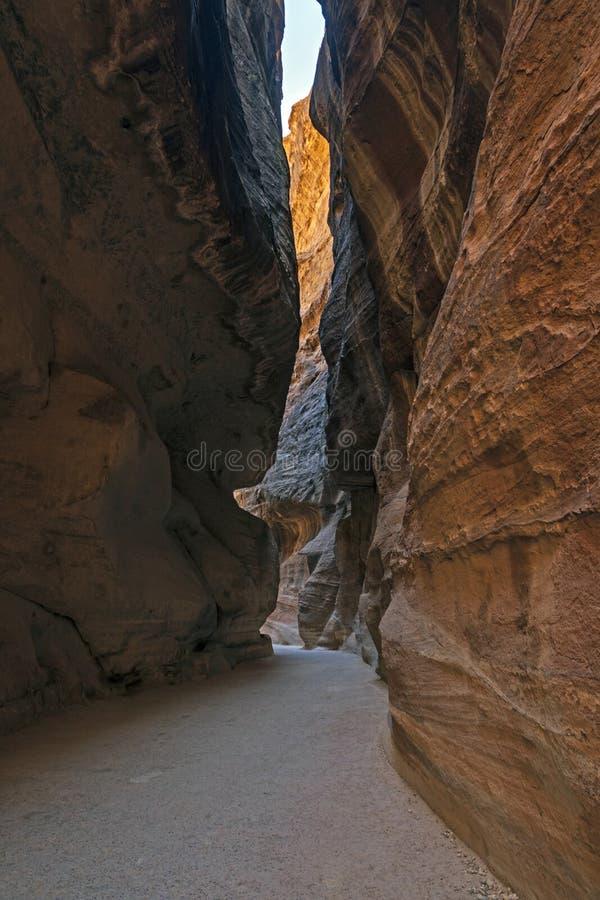 Στενεύει της πορείας στη Petra στοκ φωτογραφία