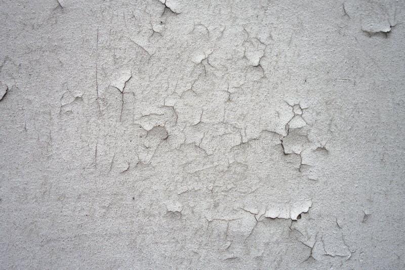 Στενοχωρημένη σμίλευση που ραγίζει την άσπρη σύσταση σκηνικού υποβάθρου τοίχων στοκ φωτογραφία