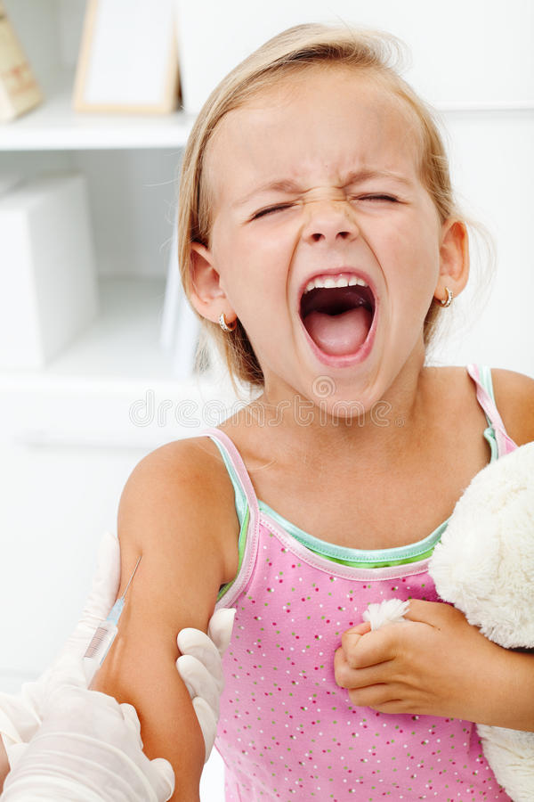 Στενοχωρημένο μικρό κορίτσι που παίρνει μια έγχυση στοκ φωτογραφία