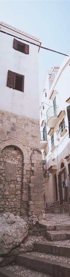 Στενωπός με τη σκάλα στην ιστορική πόλη Peschici, Gargan στοκ εικόνες