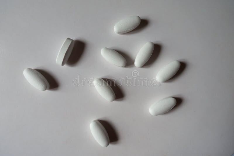 Στενόμακρα άσπρα caplets του κιτρικού άλατος ασβεστίου στοκ εικόνες με δικαίωμα ελεύθερης χρήσης
