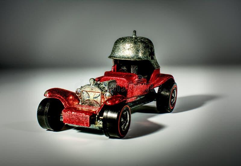 Στενός ένας επάνω ενός ζωηρού, κόκκινου, μεταλλικού πρότυπου αυτοκινήτου παιχνιδιών στοκ εικόνες