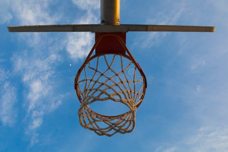 Στενός ένας επάνω μιας στεφάνης καλαθοσφαίρισης από κάτω από τη στεφάνη καλαθοσφαίρισης στοκ εικόνες